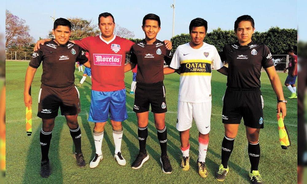 Los capitanes y los árbitros Aldair Vilchis, Samuel Ramírez y Marco Martínez.