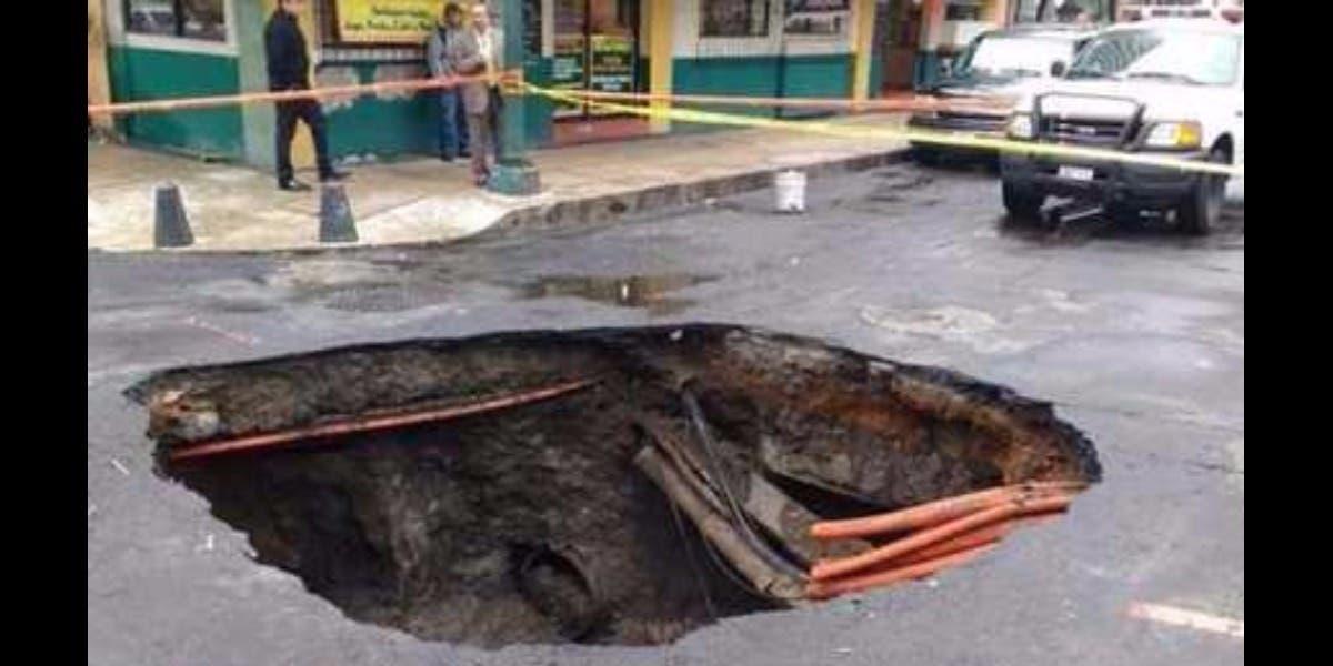 Fuertes lluvias provocan enorme socavón en la CDMX