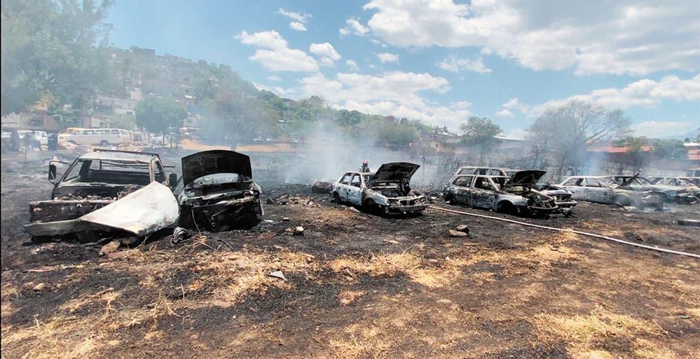 Arde corralón y se queman 19 vehículos en Jiutepec
