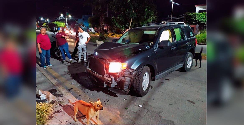 Atención. Un hombre quedó lesionado al destrozar su camioneta al chocar contra la barda de una casa, en la colonia Tlahuapan.