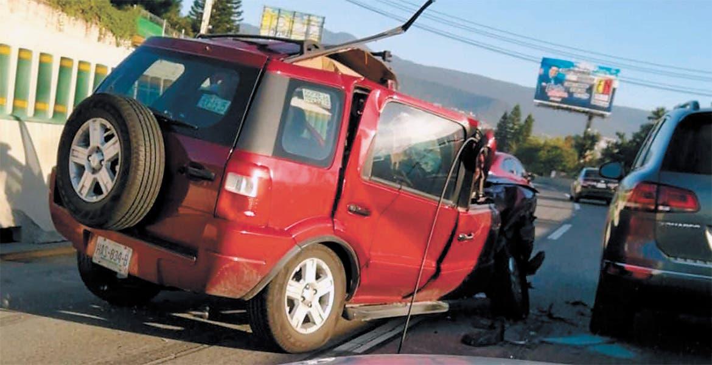 Destroza su camioneta en carambola con tráiler y auto en el Paso Express