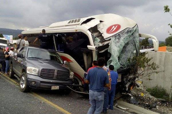 Impacta autobús contra muro de contención en la México-Cuernavaca