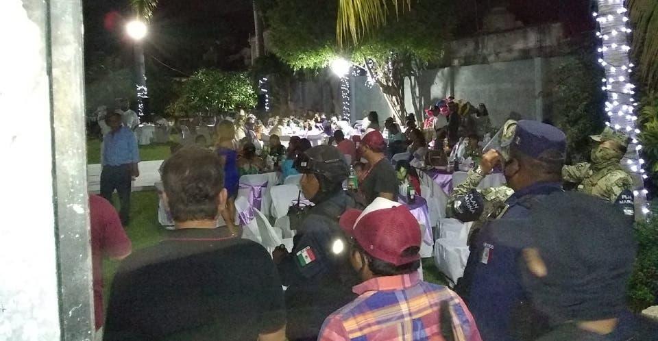 600 personas en XV años y boda en Acapulco; autoridades los corrieron