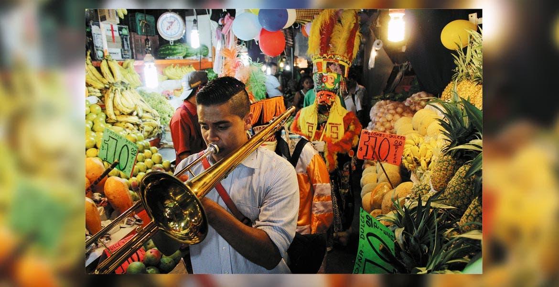 """De lujo. Música de viento y los chinelos amenizaron en los pasillos de la nave comercial del """"Adolfo López Mateos""""."""