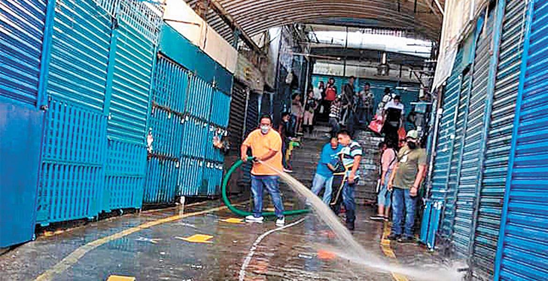 Higiene. Personal del Ayuntamiento de Cuernavaca realizó diversas acciones de limpieza junto con los comerciantes.
