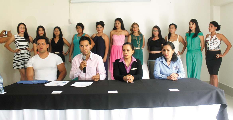 Evento. El ayudante municipal de Acapantzingo presentó a concursantes para reina de fiestas patrias.