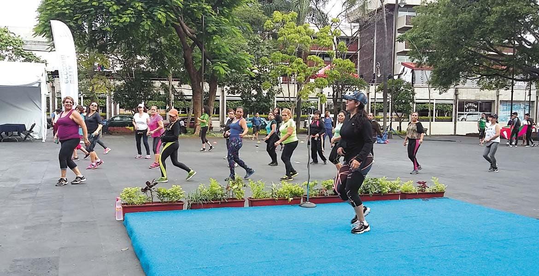 A bailar. Muy de mañana, ayer la plaza de armas fue escenario de las actividades deportivas y de recreación de cada fin de semana.
