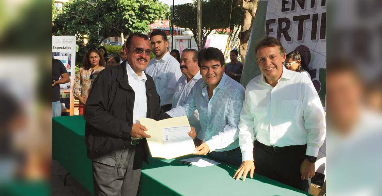 Ceremonia. El alcalde Manuel Agüero y el titular de Sedesol, Jorge Meade, entregaron más de un centenar de certificados de estudios a quienes acreditaron estudios de Primaria y Secundaria