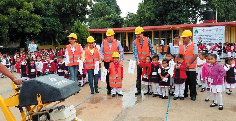 Arranque. Agustín Alonso Gutiérrez dio el banderazo de inicio de las obras para la colocación de la techumbre en el jardín de niños Benito Juárez, de Yautepec.