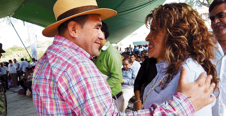 La secretaria de Salud, Ángela Patricia Mora González, y el alcalde de Yautepec, Agustín Alonso Gutiérrez
