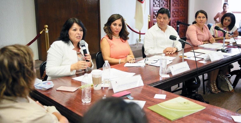 Junta. Matías Quiroz se reunió con representantes de organismos no gubernamentales pro defensa de mujeres.