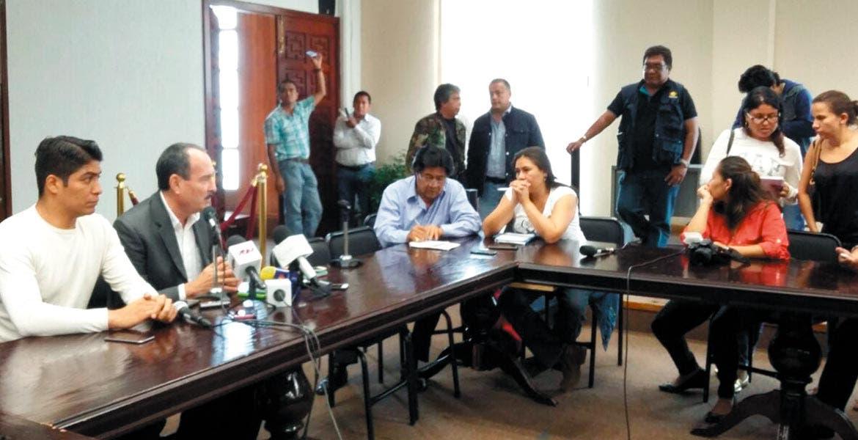 Rueda de prensa. Jorge Messeguer Guillén convocó a los concesionarios del transporte a que no se dejen engañar de la cancelación del proyecto, y en el caso de alguna duda, les pidió que se acerquen a las oficinas de la Secretaría.