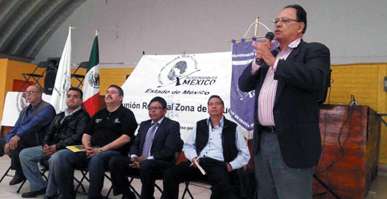 El ingeniero Químico Industrial don Antonio Miranda, impartiendo una conferencia.