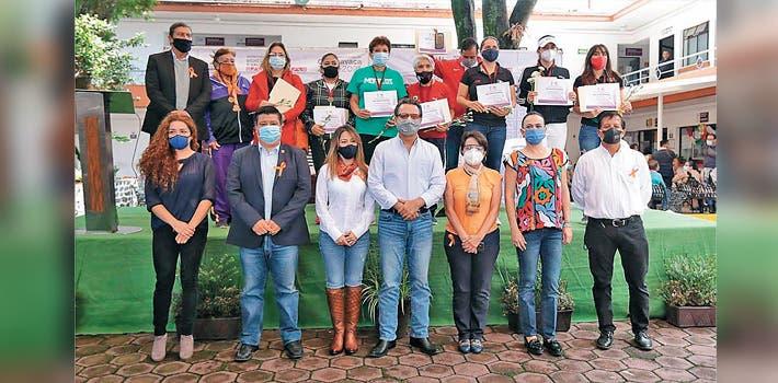 Equipo. El alcalde de Cuernavaca, Antonio Villalobos Adán y la presidenta del DIF municipal, Orquídea Álvarez González, con las mujeres deportistas.