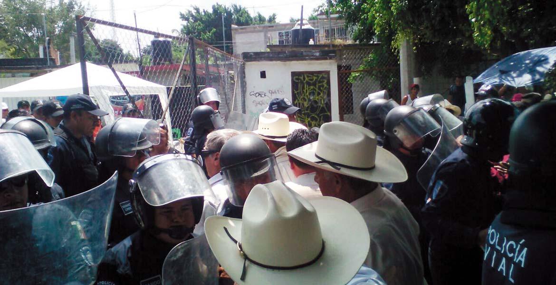 Conflicto. Un grupo de choque encabezado por Jorge Zapata agredió a pedradas a policías estatales, tras ser desinformados acerca de la termoeléctrica de Huexca.