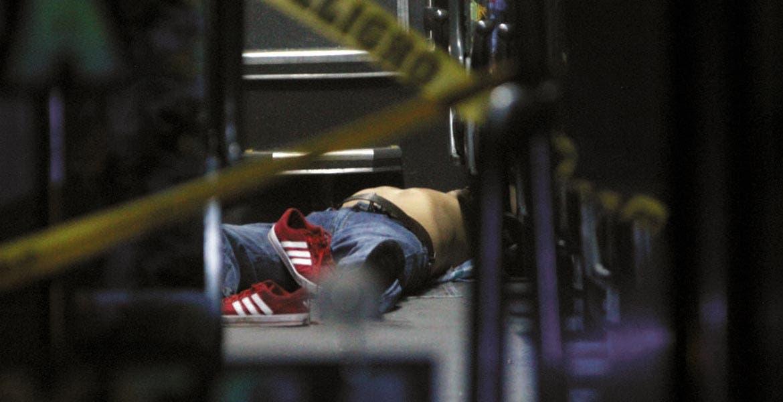 Hechos. El cadáver de uno de los pasajeros quedó dentro del autobús; posteriormente fue levantado por peritos del Semefo