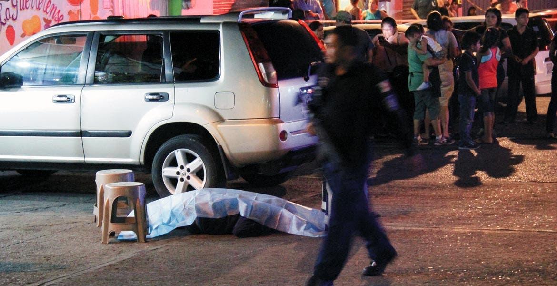 Atentado. Uno de los sicarios fue ultimado a balazos justo frente al bar, cuando pretendía escapar tras asesinar a un sujeto que se encontraba en el negocio