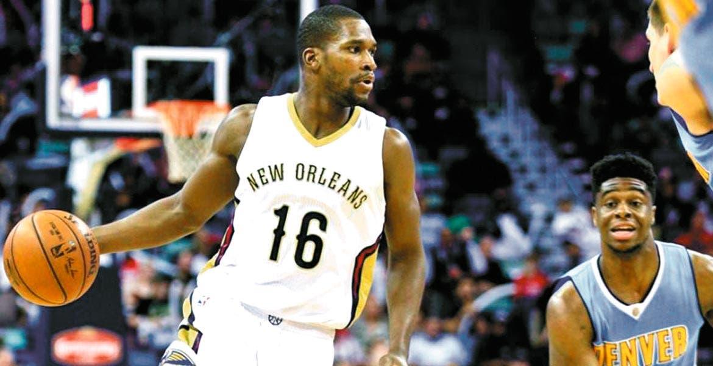 El jugador de basquetbol de la NBA Bryce Dejean-Jones murió la madrugada de ayer, al recibir un disparo del propietario de un departamento de Dallas al que pretendía irrumpir, informó la Policía.