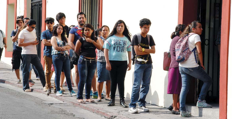 Periodos. El apoyo para los estudiantes va de 300 a 700 pesos, de acuerdo con el nivel escolar, que inicia con tercero de secundaria, mismo que deben de retirar a más tardar 25 días después del depósito.