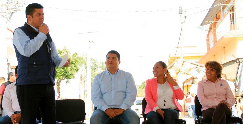"""Apoyo. En gira por Yecapixtla, con el alcalde Francisco Sánchez, el diputado Javier Bolaños indicó que """"lo que nos tiene que mover es Morelos"""", al anticipar apoyo a los Ejecutivo y alcaldes una vez que hayan definido las prioridades para el próximo año."""