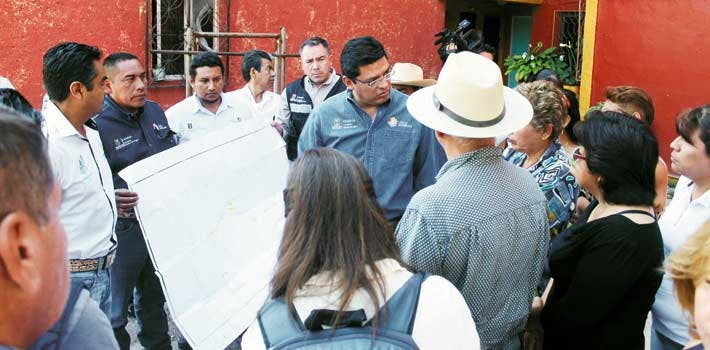 Recorrido. El director de la Ceagua atestiguó la entrega de la primera etapa de saneamiento en la unidad habitacional La Rosa