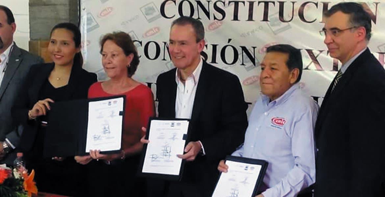 Encuentro. Javier Ayala Juárez, presidente de la Cámara Mexicana de la Industria de la Construcción, junto con autoridades del Inifed, firmaron un convenio para el diagnóstico de necesidades en escuelas.