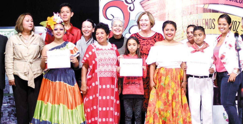 Ganadores. La presidenta del DIF, Elena Cepeda, encabezó la premiación.