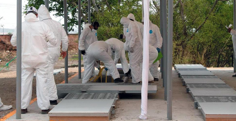 Trabajos. Catorce cadáveres fueron exhumados e inhumados en las gavetas del panteón Jardines del Recuerdo.