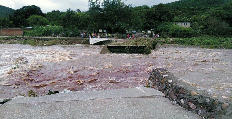 Un paso vehicular colapsado, siete casas anegadas en Tlaquiltenango e incremento en los niveles de tres ríos, fue el saldo que dejó la lluvia de las últimas horas; en Tepoztlán también se inundaron viviendas.