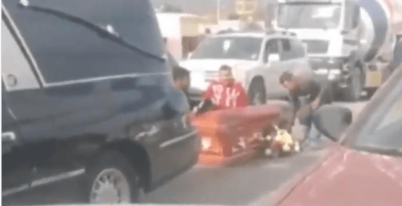 Caen de carroza fúnebre ataúd y flores, el conductor no se dio cuenta