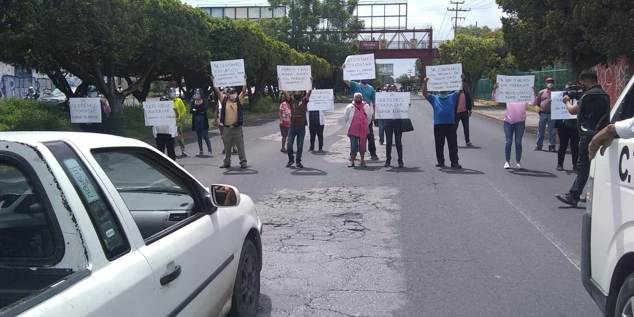 Caos vial en bulevar Cuauhnáhuac por bloqueo de comerciantes, de Cuernavaca