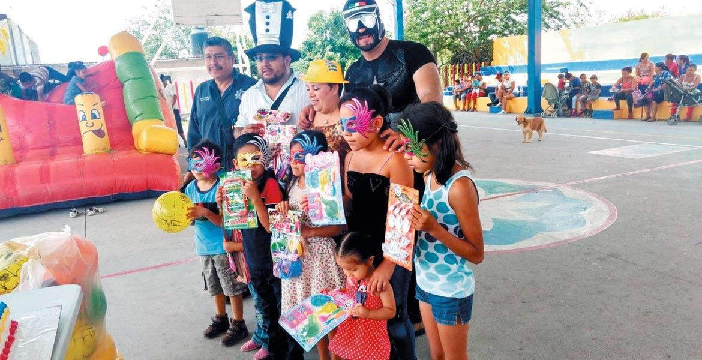 Mensaje. Además de regalos, el enmascarado advirtió a los menores sobre violencia escolar, adicciones y también integración familiar.