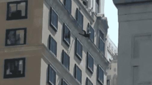 Mujer se suicida lanzándose de edificio en Nueva York