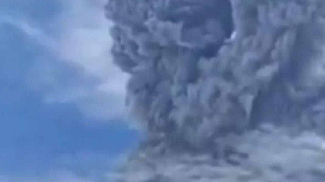 Monte Sinabung en Indonesia, hace erupción y lanza enorme nube de ceniza al cielo, gobierno mantiene alerta en nivel alto