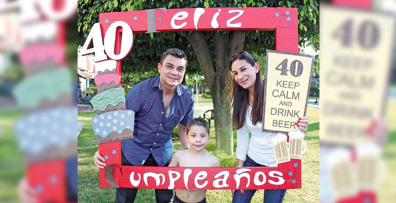 Carlos Alberto Roqueñi, padre e hijo, con Nancy Herrera.