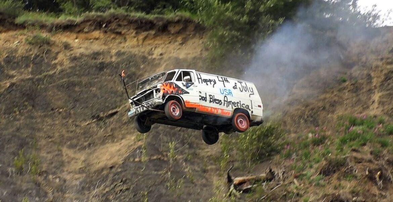 Celebran Día de la Independencia lanzando coches de precipicio