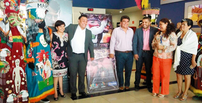 El evento. Manuel Agüero Tovar junto con el director del Instituto Jiutepequense de Radio y Televisión, presentaron el documental 'Piel de Chinelo'.