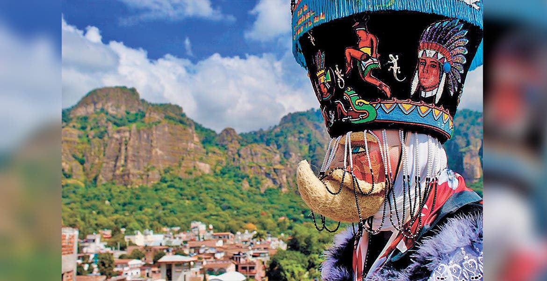 En primer plano, el Chinelo, personaje más importante del Carnaval del Pueblo Mágico, dentro de las fiestas más famosas de Morelos.