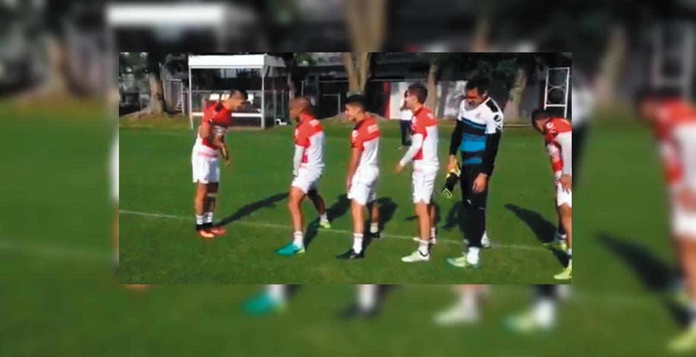 A las órdenes. Pulido se puso a disposición de su técnico Matías Almeyda.
