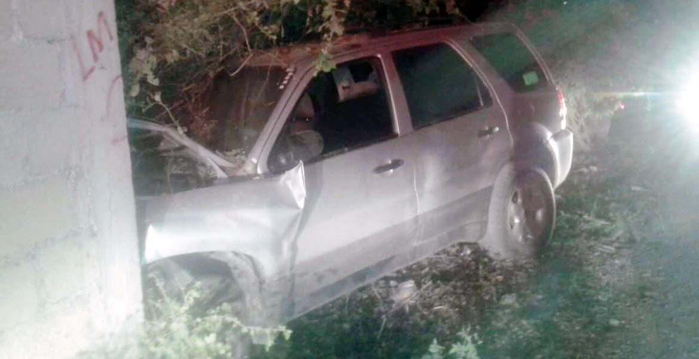 El incidente. Un hombre resultó lesionado al destrozar su camioneta contra una barda,en la colonia Zapata, en Jojutla.