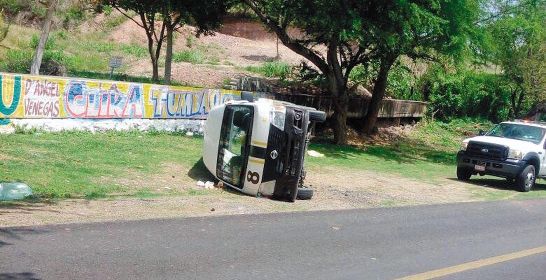 Encontronazo. Así quedó la Ruta 8, luego de que fuera impactada por una camioneta Toyota-Tundra en la carretera Tehuixtla-Tilzapotla, en Puente de Ixtla.