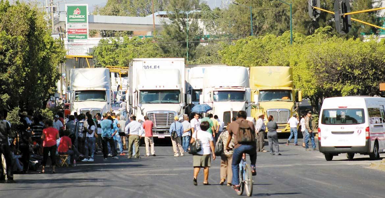 Jornada. Las protestas ciudadanas comenzaron por la mañana de ayer, continuaron en el día y por la noche, taxistas tomaron la estación de la colonia El Polvorín.