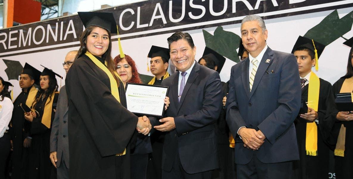 Evento. Matías Quiroz Medina durante la clausura de cursos del Cobaem Plantel 01.
