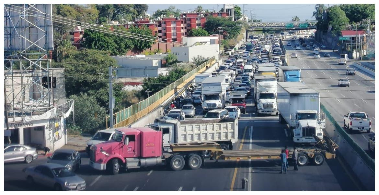 Colapsan camioneros principales accesos a Cuernavaca