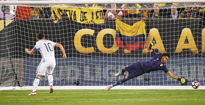 James Rodríguez. La estrella colombiana abrió los penales con este disparo a su derecha.