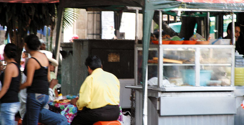 Cuidado. En los puestos callejeros es difícil que se tengan los cuidados necesarios en el manejo de alimentos, advierten.