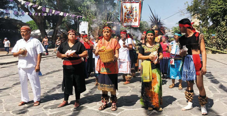 Adoración. Durante la celebración se pudo ver el sincretismo entre las creencias prehispánicas y católicas, mediante la celebración de rituales y entrega de ofrendas.