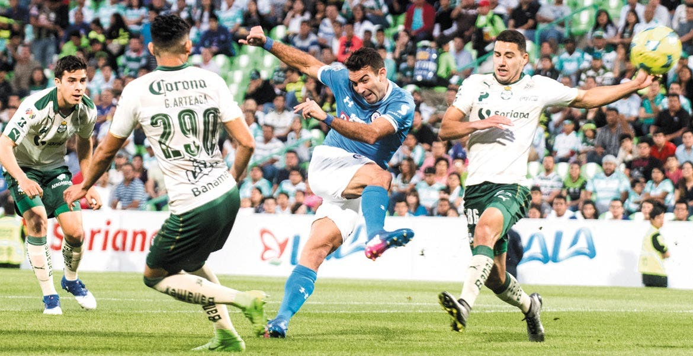 Dinamita. El delantero uruguayo, Martín Cauteruccio, tardó 13 minutos en definir el encuentro.