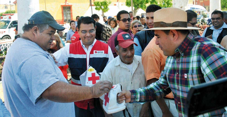 Ayuda. El alcalde de Yautepec, Agustín Alonso Gutiérrez, encabezó la colecta anual de la Cruz Roja Mexicana, que inició en el zócalo en el Centro del municipio.
