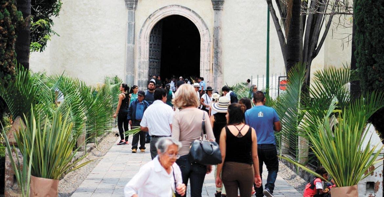 Cumplen. A la celebración no sólo acudieron creyentes locales, también, turistas extranjeros para presenciar una de las ceremonias más importantes de la Iglesia Católica.